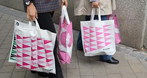 Bolsas de El Corte Inglés con el logotipo en rosa