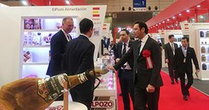 Visita del embajador español al stand de ElPozo